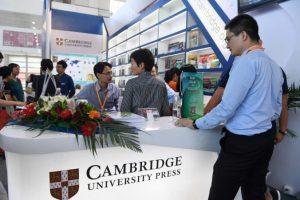 Odwiedzający gromadzą się przy stoisku Cambridge University Press naMiędzynarodowych Targach Książki wPekinie, 23.08.2017 r. (Greg Baker/AFP/Getty Images)