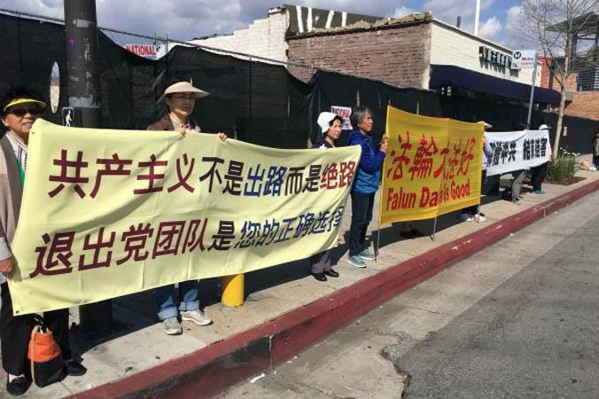 Wolontariusze zTuidang wLos Angeles ustawili się wzdłuż Valley Blvd. (Jiang Linda / The Epoch Times)
