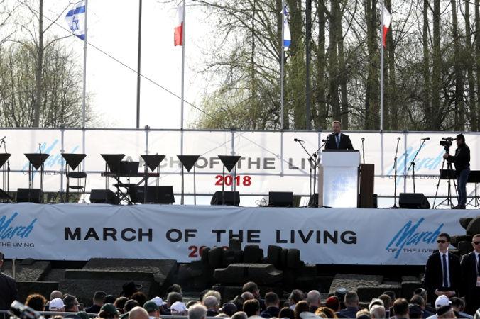 Prezydent Andrzej Duda przemawia podczas uroczystości przy Międzynarodowym Pomniku Ofiar Obozu w Brzezince, 12.04.2018 r. (Stanisław Rozpędzik / PAP)