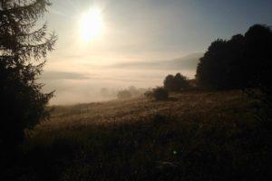 Wschód słońca z okien Bacówki pod Honem, Bieszczady, sierpień 2016 r. (archiwum autorki)
