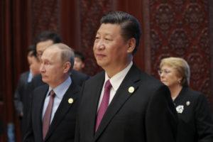 """Chiński przywódca Xi Jinping orazprezydent Rosji Władimir Putin (zlewej) biorią udział wszczycie dotyczącym inicjatywy """"Jeden pas, jedna droga"""" wMiędzynarodowym Centrum Konferencyjnym wYangi Lake napółnoc odPekinu, 15.05.2017 r. (Lintao Zhang/AFP/Getty Images)"""