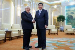 Głowa chińskiego państwa Xi Jinping (poprawej) podaje rękę byłemu sekretarzowi stanu Henry'emu Kissingerowi, 17.03.2015 r., wWielkiej Hali Ludowej, wPekinie, Chiny. Kissinger, odkąd przyczynił się dootwarcia Chin naStany Zjednoczone w1972 r., stał się jednym zczołowych zwolenników zainteresowania Chin (Feng Li – Pool / Getty Images)