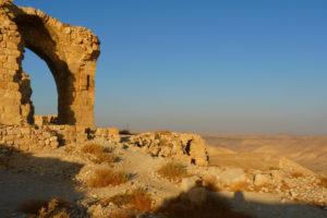 """Fragment ruin średniowiecznego zamku krzyżowców Montreal leżącego naterenie dzisiejszego Shawbak. Nieopodal Shawbak archeolodzy odkryli wtrudno dostępnym terenie osadę neolityczną (LoggaWiggler / <a href=""""https://pixabay.com/pl/popi%C3%B3%C5%82-shubak-jordania-wakacje-2982/"""">Pixabay</a>)"""