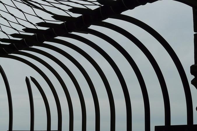 """Na terenie byłego Aresztu Śledczego Warszawa-Mokotów przy ul. Rakowieckiej w Warszawie specjaliści z IPN odnaleźli szczątki przynajmniej czterech osób (Hans / <a href=""""https://pixabay.com/pl/wi%C4%99zienie-wi%C4%99zienia-ogrodzenia-p%C5%82ot-58320/"""">Pixabay</a>)"""