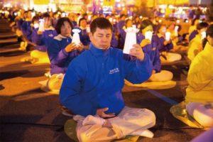 """Luo Zizhao bierze udział wczuwaniu przy świecach, które odbywa się przedchińskim konsulatem 24.04.2016 r. (©The Epoch Times / <a href=""""https://www.theepochtimes.com/"""">Dai Bing</a>)"""