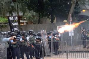 Policja zHongkongu wystrzeliła gaz łzawiący wkierunku protestujących, 12.06.2019 r. (The Epoch Times)